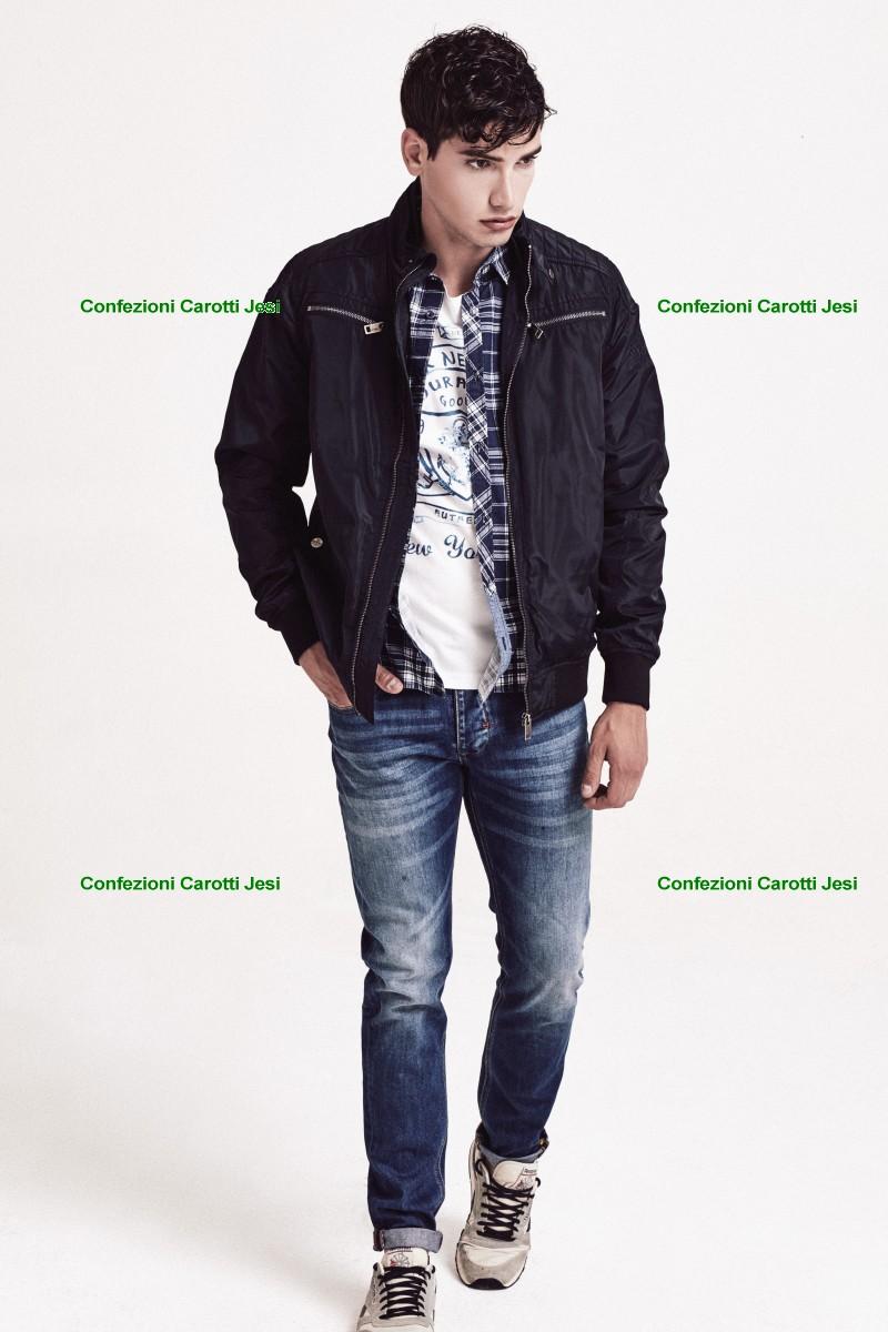 Abbigliamento Uomo - L'uomo si nota dal suo stile L' abbigliamento uomo classico è una parte fondamentale di tutti i guardaroba da uomo ma può facilmente risultare noioso se non è personalizzato.